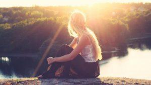 233-Vrouw-rivier-zonlicht-rust-1920-Fotos-voor-Therapeuten-1560x878[1]